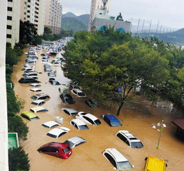 Coches flotando en una calle de Corea tras un tifón