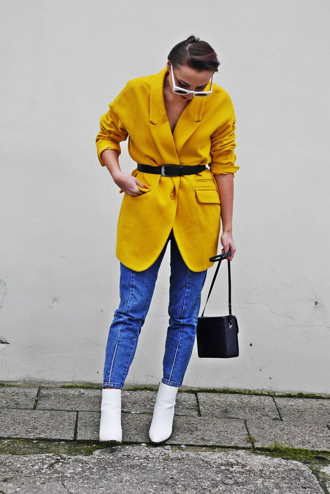 8_yellow_coat_white_shoes_blue_jeans_karyn_blog_modowy_261117