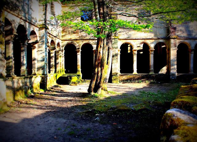 Claustro del monasterio de Santa Cristina de Ribas del Sil en la Ribera Sacra, Orense
