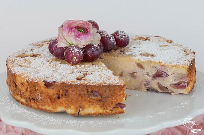 angeschnittener Weintrauben-Couscous-Kuchen