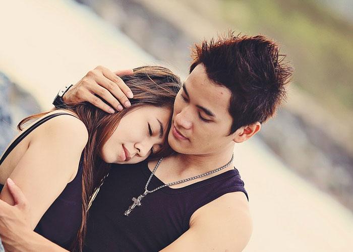 homem abraçando a mulher cheio de amor