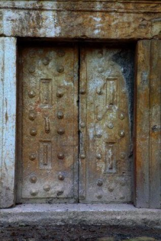 Another type of door was a stone carved in contour of the door of the monument on one side and wider than the other. It was applied as a cork in a ... : tomb door - Pezcame.Com