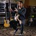 """Chris Shiflett (Foo Fighters) pone a la venta 20 de sus guitarras por """"tener muchas y no poder usarlas"""""""