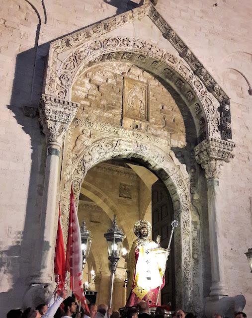 San Nicola da Bari mentre entra nella Basilica