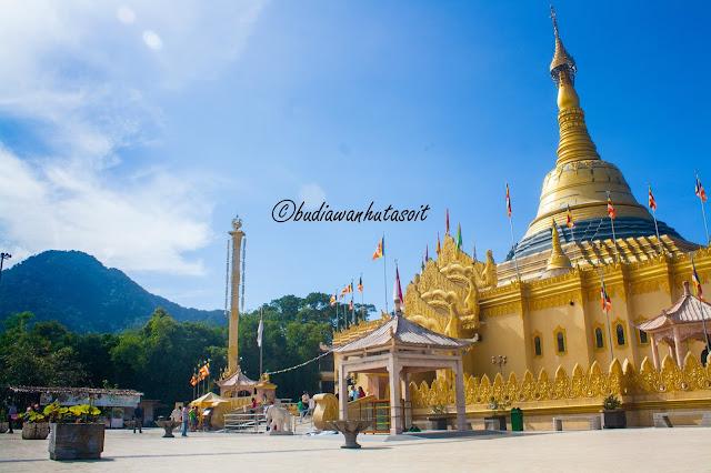 stupa replika pagoda shwedagon di vihara lumbini berastagi