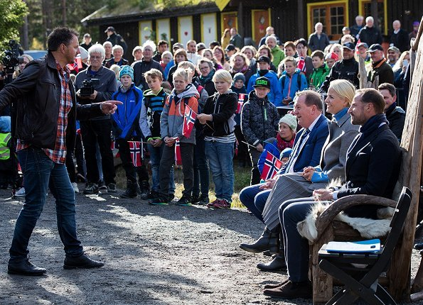 Crown Prince Haakon and Princess Mette-Marit visited Namsskogan, Grong and Namsos. red dress and grey coat