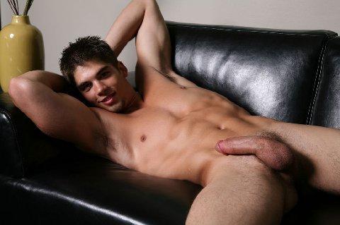 Hombres desnudos en la casa