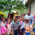Joven emprendedor entrega útiles escolares a niños de Los Botados