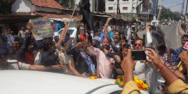 MP NEWS: आप (AAP) सांसद की कार पर चढ़ गए लोग, लहराए काले झंडे @ Chhindwara