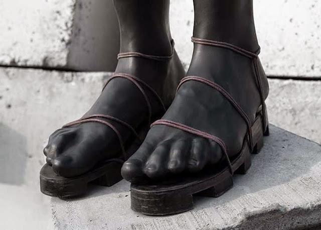 Sandalias extrañas