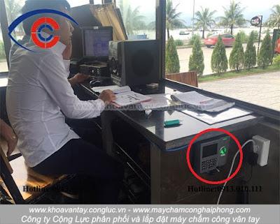 Thi công lắp đặt máy chấm công Ronald Jack X628 Plus tại các vị trí khuất không gây mất thẩm mỹ và tốn diện tích cho nhà hàng.