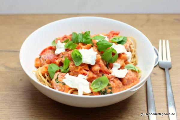 Spaghetti mit Süßkartoffel-Tomaten-Sauce, Salsicce-Bällchen und Ziegenfrischkäse