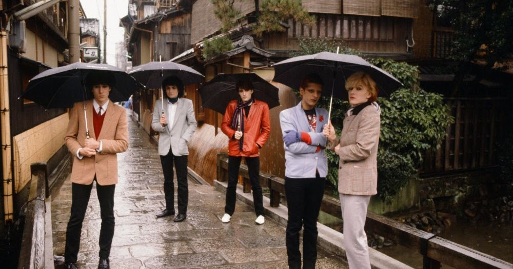 Led Zeppelin, Bowie, Queen, the Stones, and More... 25 Fascinating Photographs Capture Rock Stars As Tourists in Japan in the 1970s and 1980s