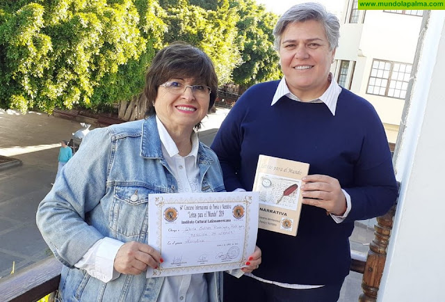 La Alcaldesa de Los Llanos de Aridane felicita a la escritora aridanense Gloria Esther Rodríguez por su premio en un concurso internacional de poesía y narrativa