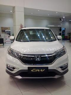 CRV berwarna putih di pajang di showroom mobil honda, pelanggan dapat meihat serta melakukan test drive