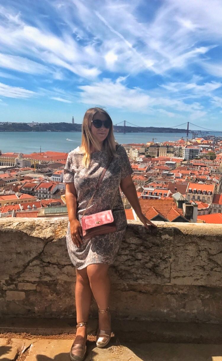 Posing with 25 de Abril backdrop