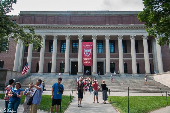 Exterior de la biblioteca de Harvard. Cambridge