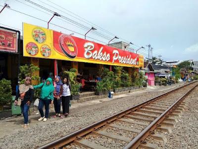 nikmatnya makan bakso president di tepi rel kereta api nurul sufitri blogger traveling culinary