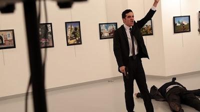 رواد مواقع التواصل يتداولون فيديو لخليجى يعتمر عن قاتل سفير روسيا بأنقرة