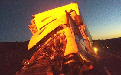 Cabine de caminhão fica destruída após batida com carreta na Bahia; condutor sai ileso do acidente
