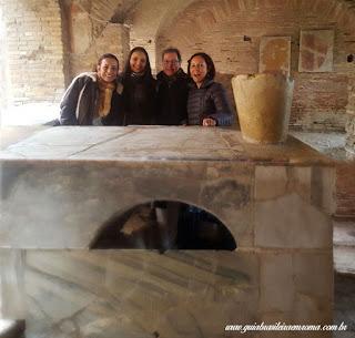 Familia visitando restaurante Antigo na cidade de Ostia Antiga