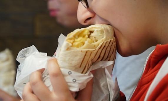 7 أمراض يسببها التهام الطعام بسرعة