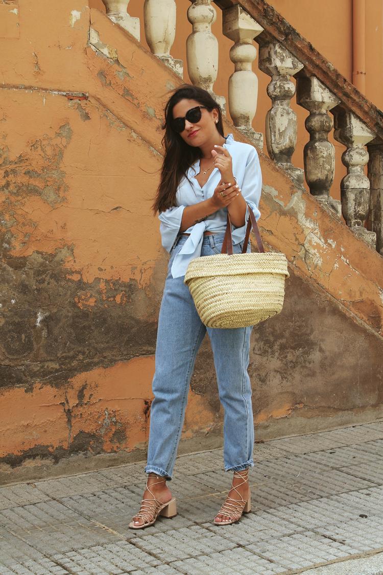 Blog de moda Outfit con jean, camisa anudada y cesto de paja