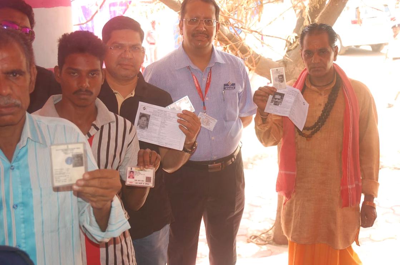 Jhabua News-कलेक्टर, एसपी, सीईओ जिला पंचायत ने लाइन में खड़े होकर किया मतदान-Collector-SP-CEO-District-Panchayat-stood-in-line-and-voted-jhabua