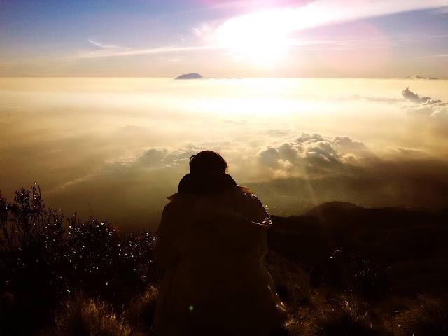 foto pemandangan indah puncak gunung merbabu