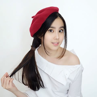 Agatha Chelsea pakai topi merah