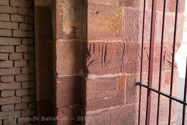 Neuf-Brisach — Porte de Colmar, seul le secteur immédiatement adjacent au poste de garde comprend des traces d'affûtage