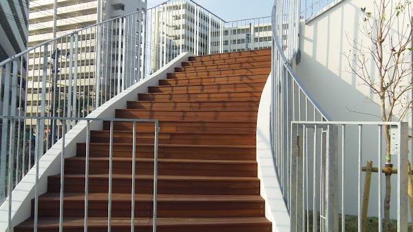 保育園の外階段に使用したウリンのウッドデッキ材