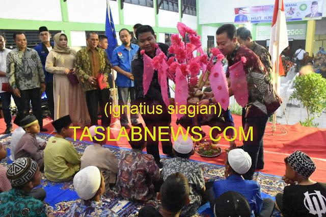 Walikota Tanjungbalai H M Syahrial mengupah-upah anak kurang mampu dalam peringatan HUT ke-45 KNPI di Gedung Wanita, Kota Tanjungbalai, Selasa (14/8) malam.
