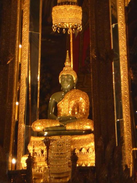 Buda esmeralda, ropaje de lluvias