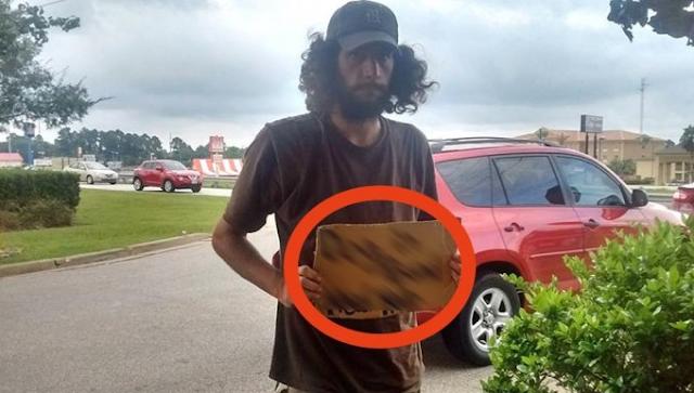 Όταν είδε τον άστεγο σκέφτηκε να τον προσπεράσει. Μόλις όμως πρόσεξε τι γράφει το χαρτόνι του, έμεινε άφωνη!