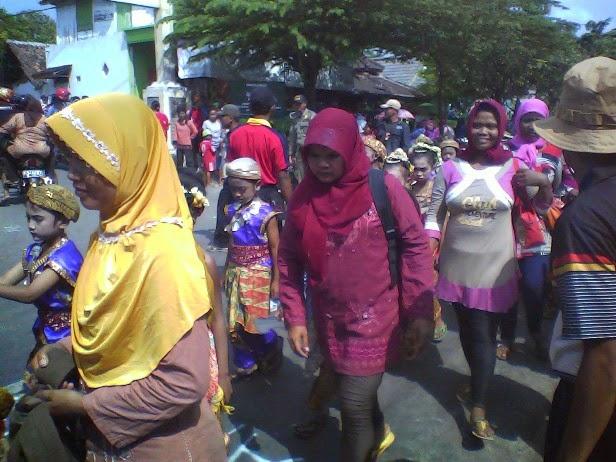 tampak Ibu wali murid SDN Mulyoagung IV ikut karnaval juga di Karnaval kecamatan SInggahan Tuban