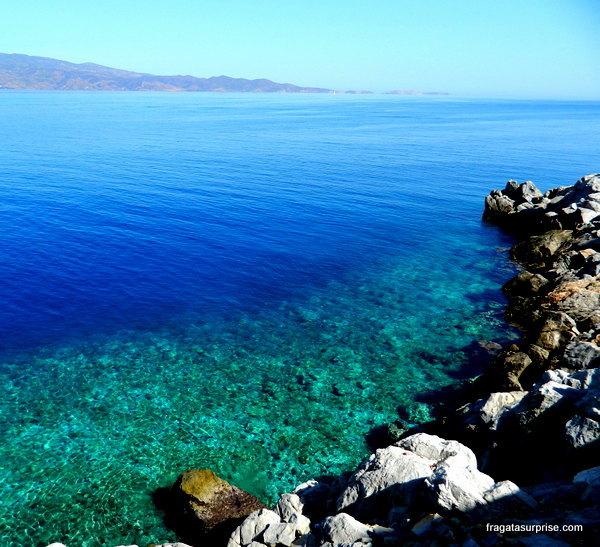 Os tons de azul do mar em torno da ilha grega de Hidra, no Arquipélago Argo-Sarônico