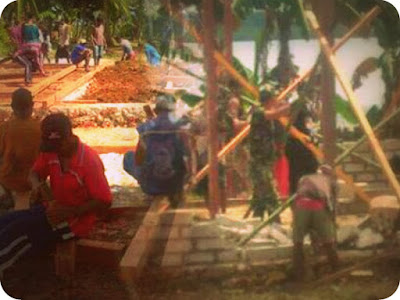 Anggota TNI, Polri dan Masyarakat Bangun Desa Marantutul, Wermatang dan Batu Putih