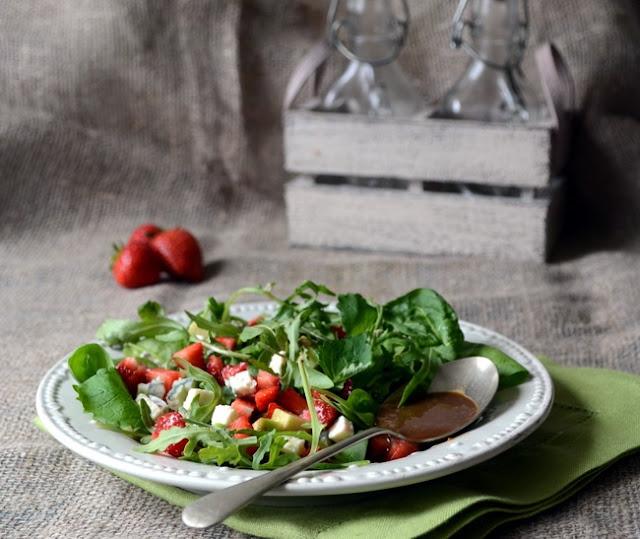 Салат с клубникой и жареным сыром