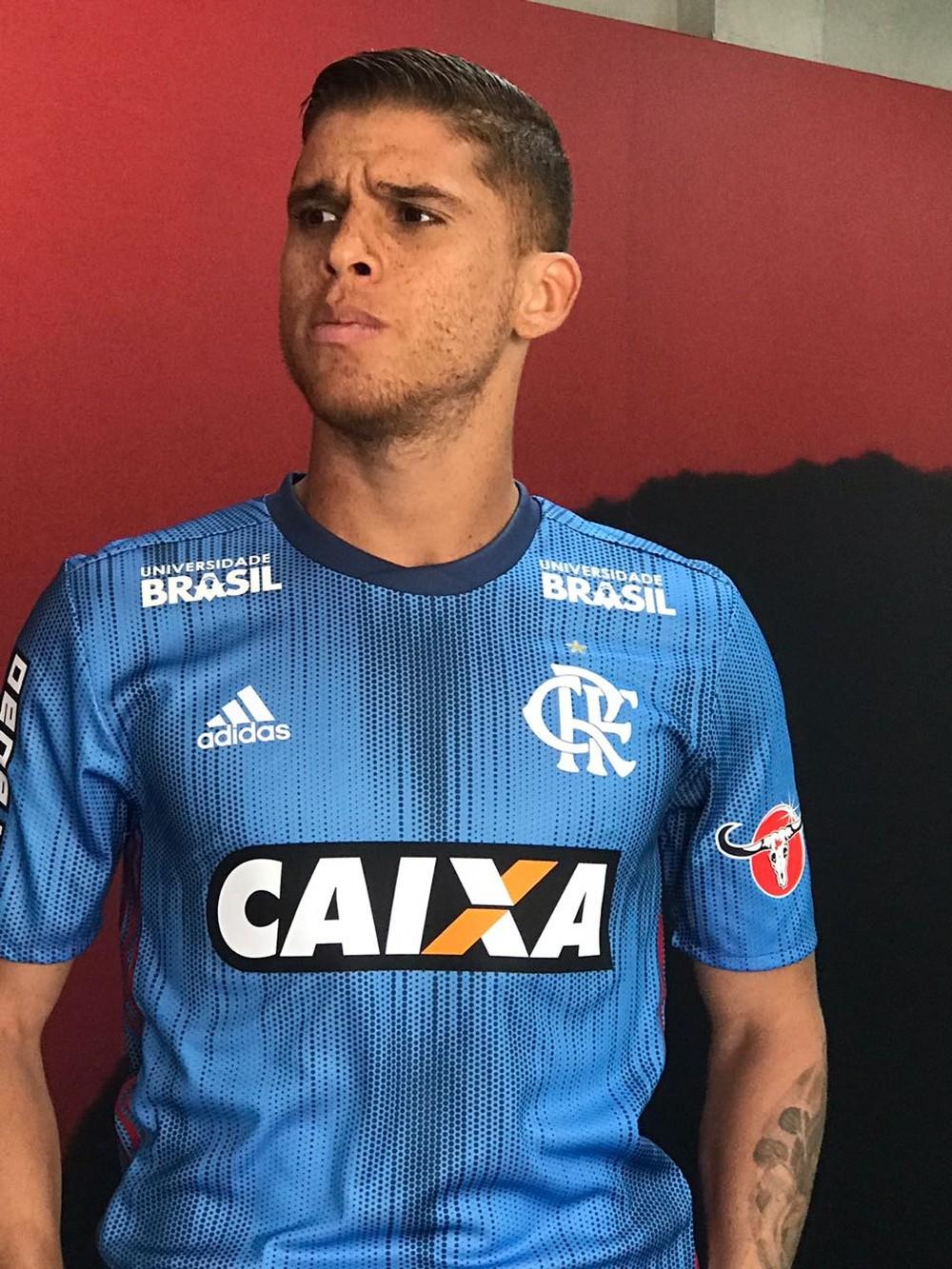 Nova camisa é produzida por meio de plásticos retirados do oceano e cor é  alusão às praias cariocas. O Flamengo ganhou ... 1f5041362d545
