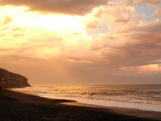 puse la arena como límite del mar, por decreto eterno que no lo podrá traspasar?