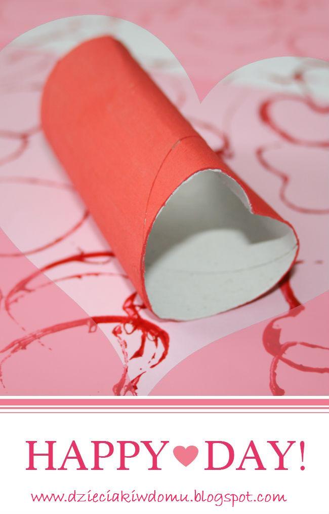 walentynkowe stempelki w kształcie serduszek z rolek po papierze, kreatywna zabawa dla dzieci
