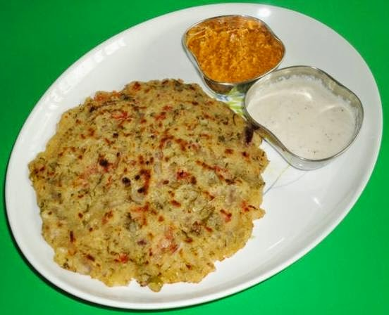 rava uttapa in a serving plate