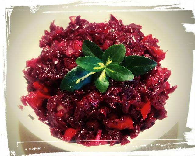 salatka z buraczkow surowka z burakow salatka surowka do obiadu salatka z papryka i cebula
