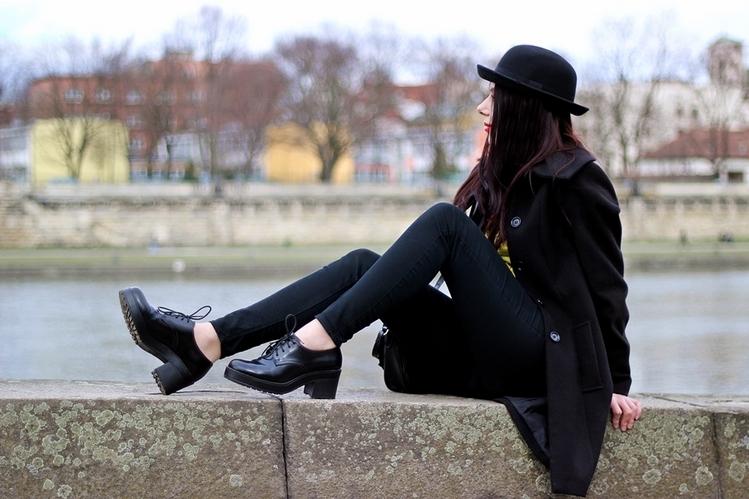 mucha i szelki stylizacja damska Kraków melonik moda z Krakowa Wisła Bulwar Podolski blogerka