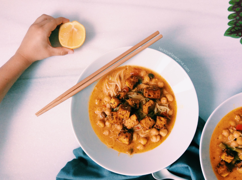 Sopa thai vegana con garbanzos, coco, fideos y tofu