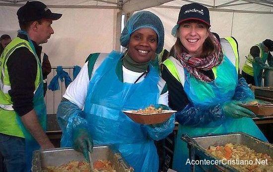Mujer da comida gratis a los más necesitados