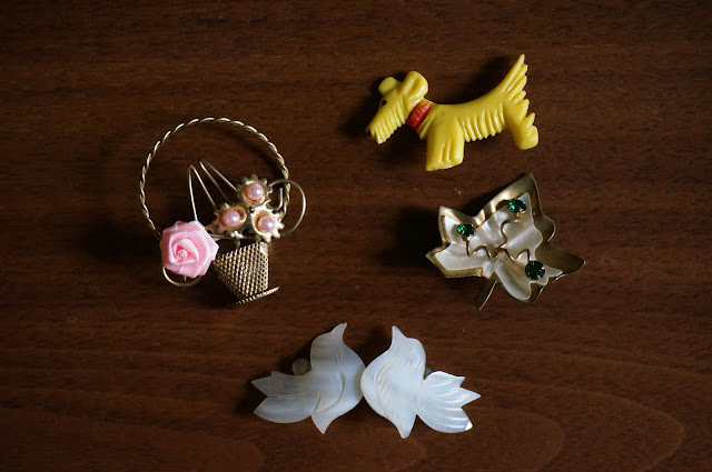 broches années 60 70 , trefle , bouquet de fleur , chien / boucles d oreille oiseau  60s 70s brooch , clover , scottie , bunch of flowers , bird shape earrings 1960s 1970s