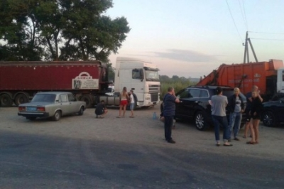 Жители Киевщины заблокировали на трассе фуры с «патриотическими фекалиями»