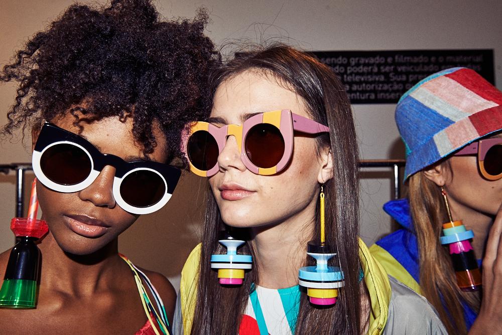 e92343475 Marca carioca, a Zerezes produz óculos em pequena escala, feitos a mão, em  acetato e também em madeira. A label já fez parceria com outra marca  carioca, ...